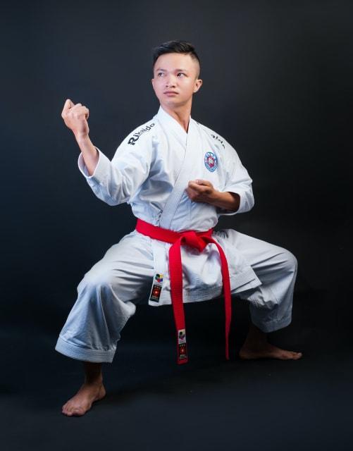 足を開いて拳法の構えの姿勢をとる男性
