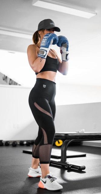 ボクシンググローブをつけてファイティングポーズをとる女性
