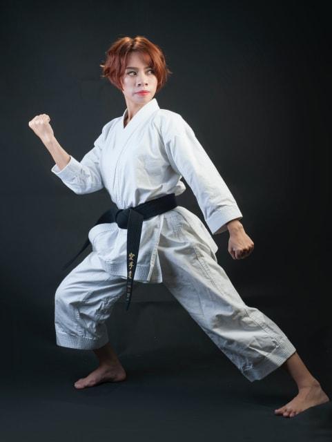 左半身を前に出して、拳法の構えの姿勢をとる女性