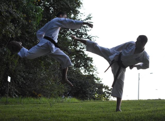 飛び込んできた相手を右足で蹴る男性