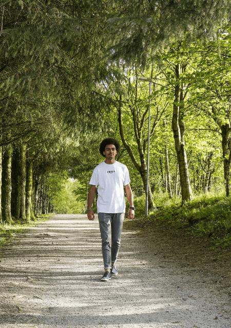 森の中を歩く男性