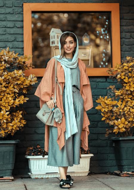 布地の多い服をまとった女性