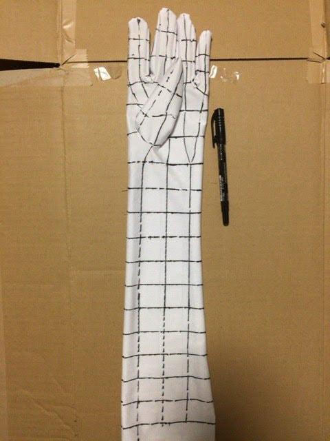 サインペンで手袋に補助線を書き込む