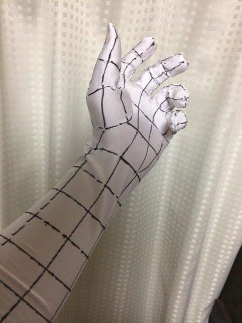 手袋をつけて手を動かす